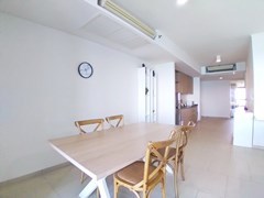 Condominium for rent Wong Amat Pattaya showing the dining and kitchen areas