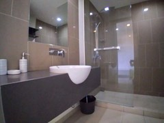 Condominium for rent Wong Amat Pattaya showing the master bathroom