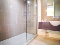 Condominium for rent Wong Amat Pattaya showing the second bathroom