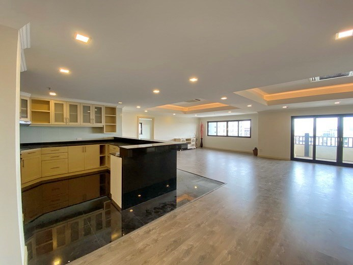 Condominium for Rent Pratumnak showing the kitchen, dining and living areas