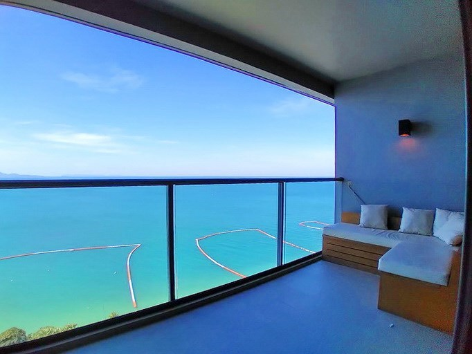 Condominium for rent Wong Amat Pattaya showing the balcony with sea view